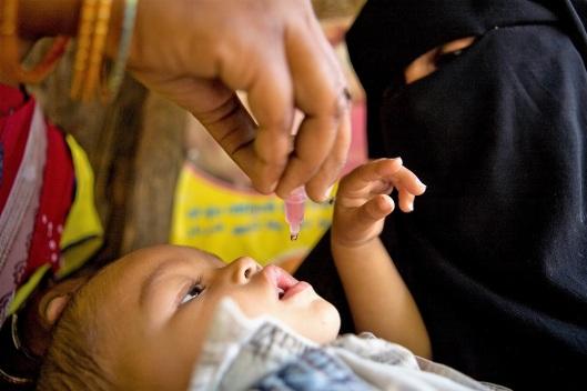 polio immunizing baby